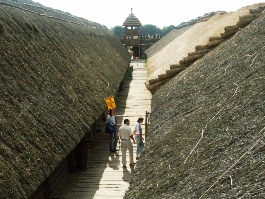 The settlement comprised thirteen rows of wooden houses with 'streets' between them, each row covered by a common thatched roof of reeds.
